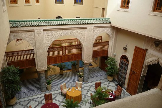 Riad Andalib : Looking into the courtyard