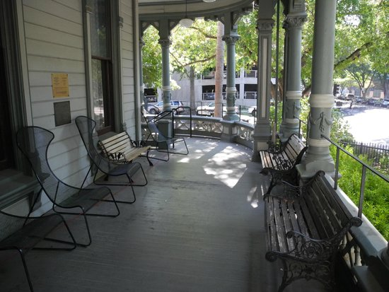 Hostelling International Sacramento: Great place to sit and read a book.