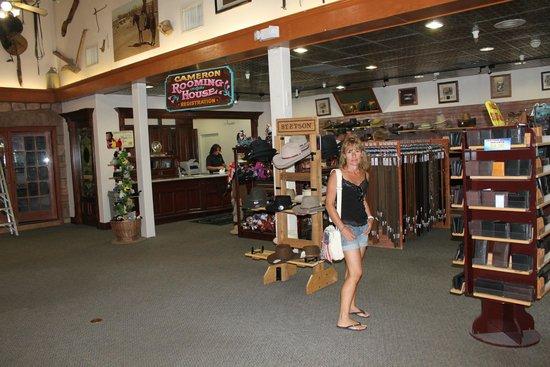 Ma Cherie Dans La Boutique Foto Di Cameron Trading Post