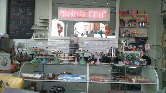 Primrose Bakery: Counter with delicious cupcakes