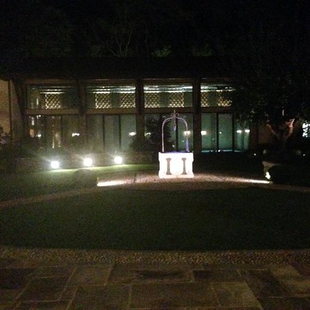 Antico Benessere : The courtyard at night.