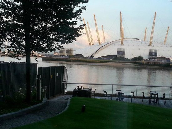Scoff & Banter Canary Wharf: View from the restaurant over the river to the O2