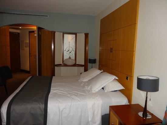 Le Grand Hotel les Flamants Roses : Grande chambre avec balcon