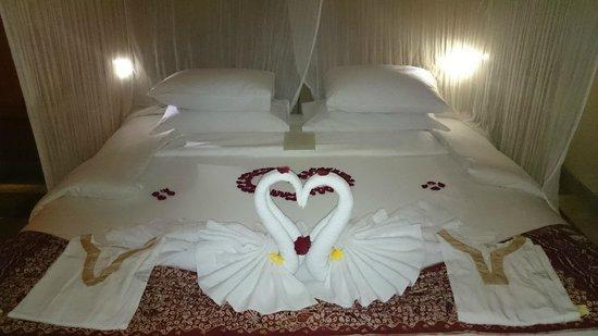 Komaneka at Monkey Forest: Łóżko przygotowane na nasz przyjazd
