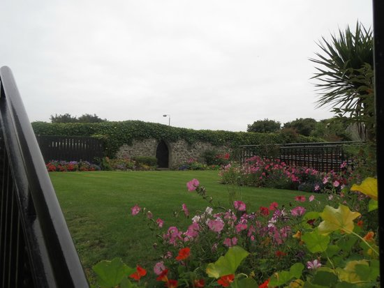 Ballygally Castle: beautiful garden...even with PALM TREES..wow!