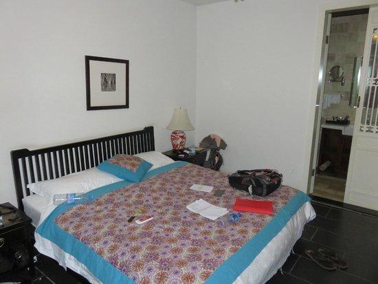 Jingshan Garden Hotel: Chambre spatieuse avec fauteuil, bureau, armoire