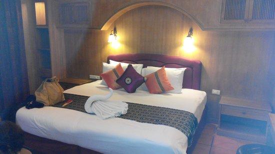 Royal Phawadee Village: Nice firm bed with swan towel.
