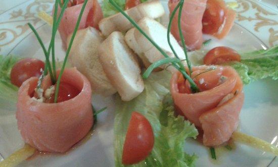 Ai 3 Caminetti: Involtini di salmone affumicato Red King e caprino con erba cipollina