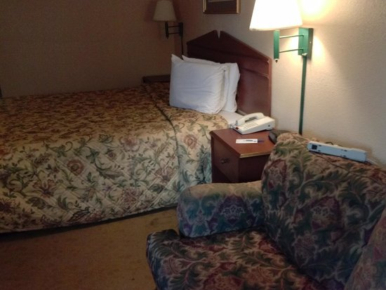 Days Inn & Suites Orlando Airport: Old furnishings