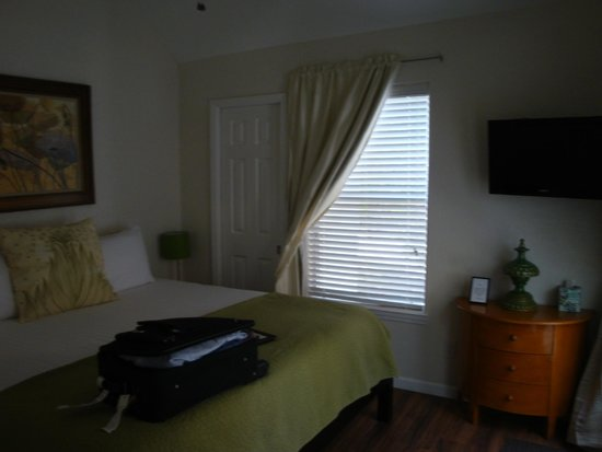 Cypress Creek Cottages: King sized bed with lots of pillows was very comfy