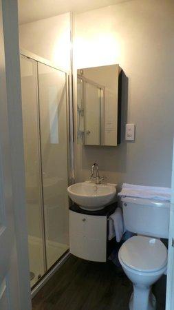 Littletown Farm: Brand new looking bathroom