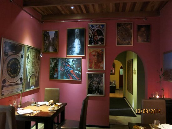 Sala Boutique Hotel: Charming hotel restaurant decorated with photographs of Venice, Italy