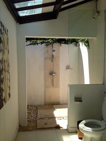 Villa Sumatra: outdoor shower
