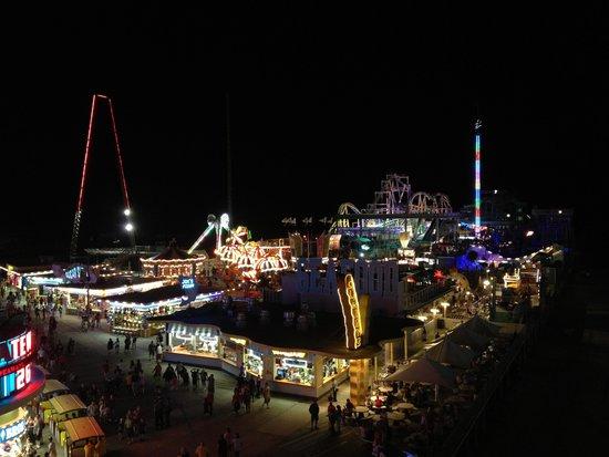 Shore Plaza Beach Resort : The view at night