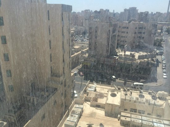 Hawthorn Hotel & Suites Hawally Kuwait: Time to clean the building's windows