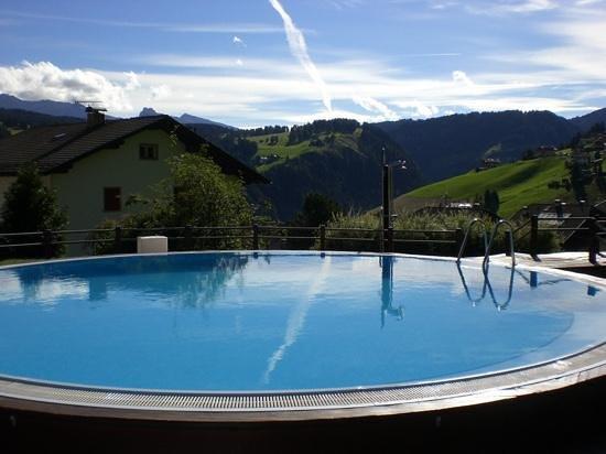 Romantic & Family Hotel Gardenia - Gardenahotels: Piscina scoperta con vista sulla valle