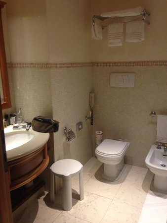 Santa Marina Hotel: Bathroom of suite to the right off first level of stairway going up.