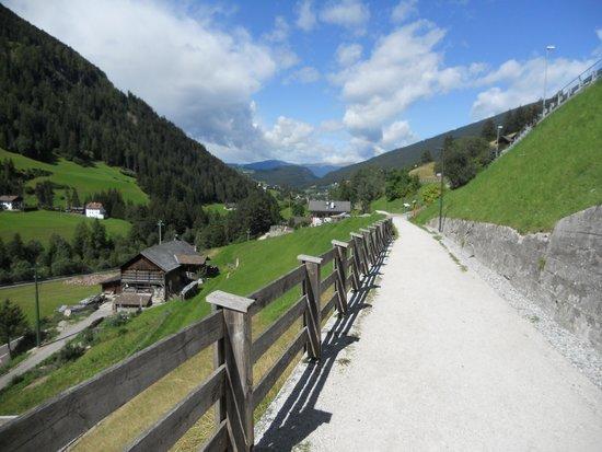 Val Gardena, Italy: il sentiero attuale al posto delle rotaie
