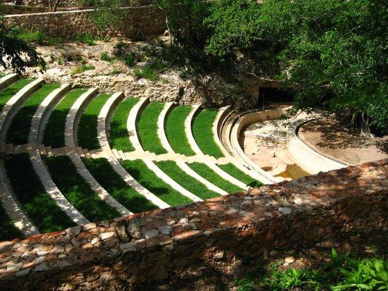 Hacienda Ochil: L'amphithéâtre en plein air, et en bas l'entrée de la cénote