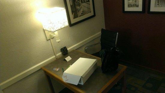 Days Inn & Suites Schaumburg : Work desk