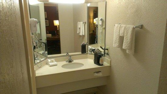 Days Inn & Suites Schaumburg : Bathroom sink