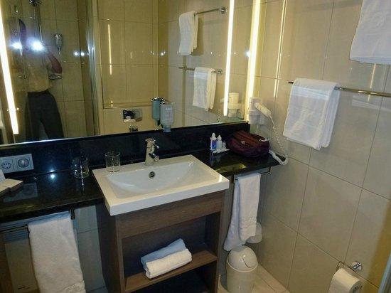 IntercityHotel Mainz: Bathroom