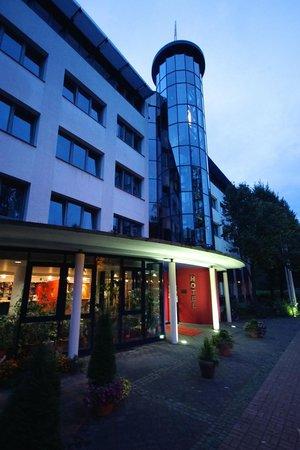 Carat Hotel Erfurt: Eingangsbereich abends