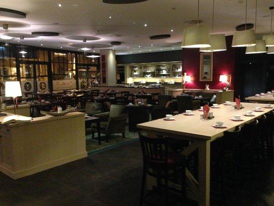 Park Plaza Trier : geräumiger Speisesaal mit Kaffeehaus Atmosphäre