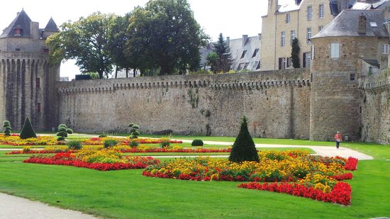 Hotel Inn Design Resto Novo Vannes : City wall and gardens
