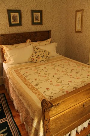 Reynolds House Bed and Breakfast: Pretty and Comfortable
