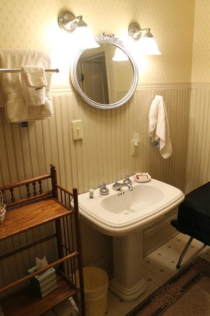 Reynolds House Bed and Breakfast: Charming bathroom
