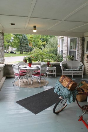 Reynolds House Bed and Breakfast: The beautiful porch