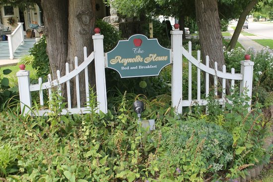 Reynolds House Bed and Breakfast: Entry