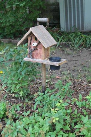 Reynolds House Bed and Breakfast: Garden Art