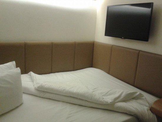 Nitenite Birmingham: Comfy bed and TV