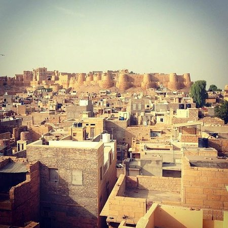 Residency Centre Point Guest House and Desert Safari : The view of the Jaisalmer Fort from the rooftop dining area.