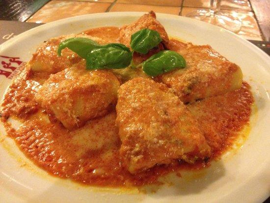 Pane Vino e San Daniele : Pasta rellena de queso ricota y espinacas. Con salsa de tomate natural