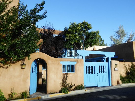 Casa Benavides Historic Inn: entre les 2 batiments
