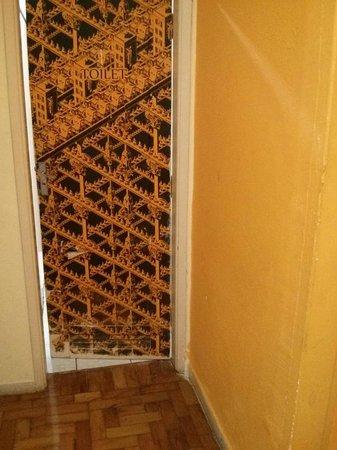 Olah Hostel: Porta de um dos banheiro, com adesivo dificil de ler e descascando