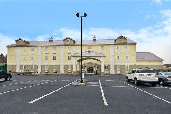 Comfort Inn Lebanon Valley/Ft. Indiantown Gap : Parking Lot