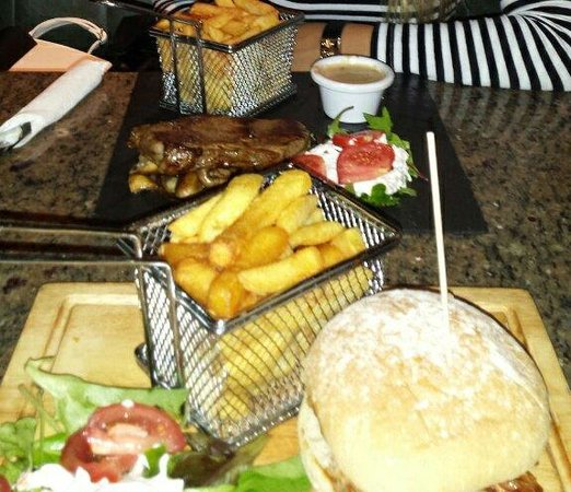 Fitzgerald's: Sirloin steak with chips and salad 17€