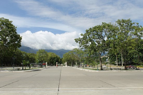 Paseo de Los Próceres: Parque à volta