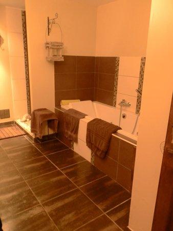 Secret d'une Nuit Chambres d'hôtes : lovely spa bath