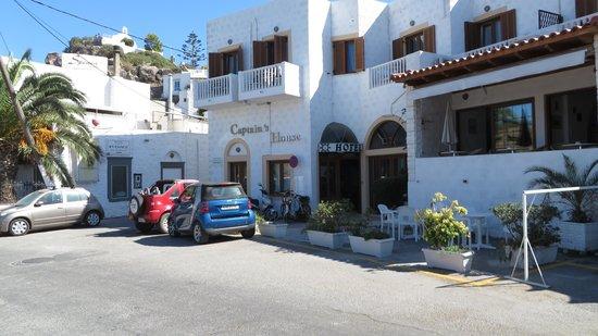 Captain's House Hotel: Вид на отель с улицы