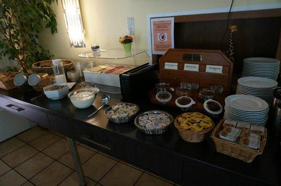 Hostel 2962: Breakfast spread