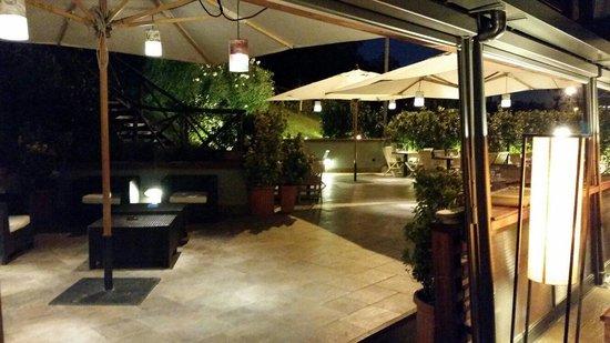 Osteria Pizzeria Margherita: Il nostro giardino dalla veranda