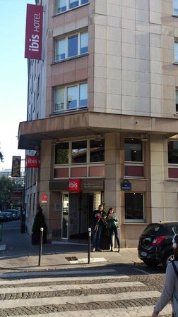Ibis Paris Brancion Expo 15eme: l'hotel visto dalla strada