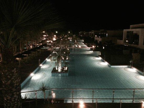 Sensimar Palazzo del Mare: Blick auf den riesigen Pool by night