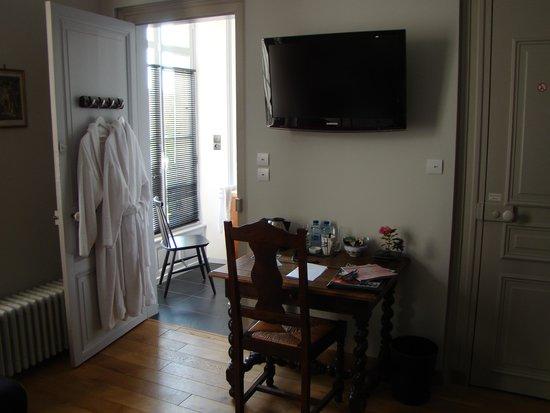 Le bureau a l entrée et les peignoirs de la salle de bain photo