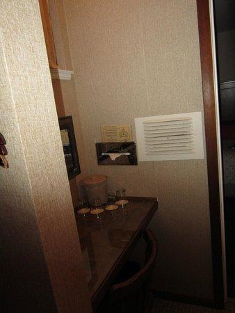Narrow Gauge Inn : Room 40 sittig area with mirror